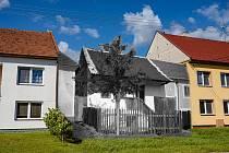 Do současné zástavby Drslavic zakomponovaný dům rodiny Jellinek na začátku minulého století.