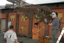 Šikovní kováři a svářeči vytvoření nový český rekord ve výrobě největšího zvířete z kovového odpadu.