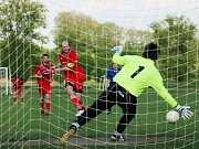 Fotbalisté Nedakonic (v tmavém) zasypali branku Bánova sprškou střel a zaslouženě zvítězili 5:1.