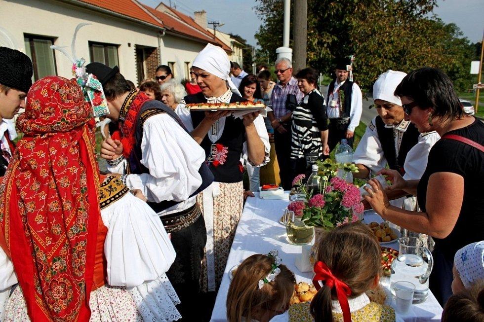 V ulicích poutní obce se pilo, jedlo, zpívalo, hrálo a tancovalo.