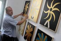 Dvacet obrazů současného malíře Františka Petráka je od pátku 26. srpna vystaveno v pátém patře pavilonu 26, na ředitelství Uherskohradišťské nemocnice.
