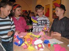 V Galerii Slováckého muzea děti tvořili květiny z barevných papírů.