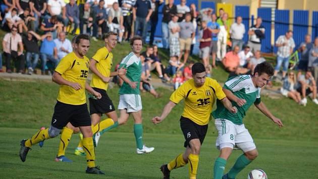 Fotbalisté Strání (ve žlutých dresech) na hody doma pouze remizovali se Ždírcem nad Doubravou 0:0.