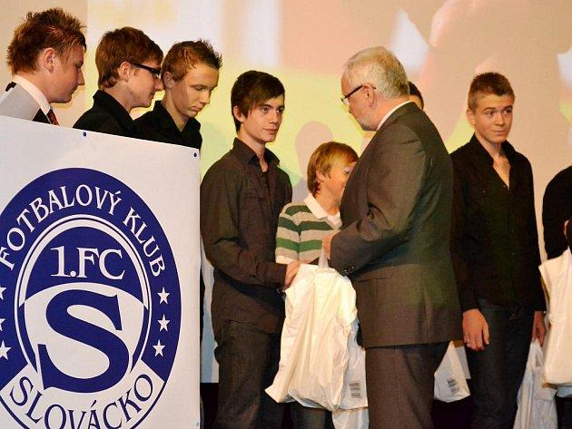 Nejúspěšnějším celkem uplynulého roku bylo vyhlášeno mužstvo do 16 let. Jeho zástupcům pogratuloval starosta Uherského Hradiště Květoslav Tichavský.
