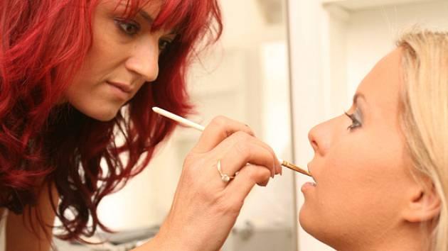 Vizážistka Renata Mejzrová připravuje moderátorku Kateřinu Kristelovou na focení pro reklamu.