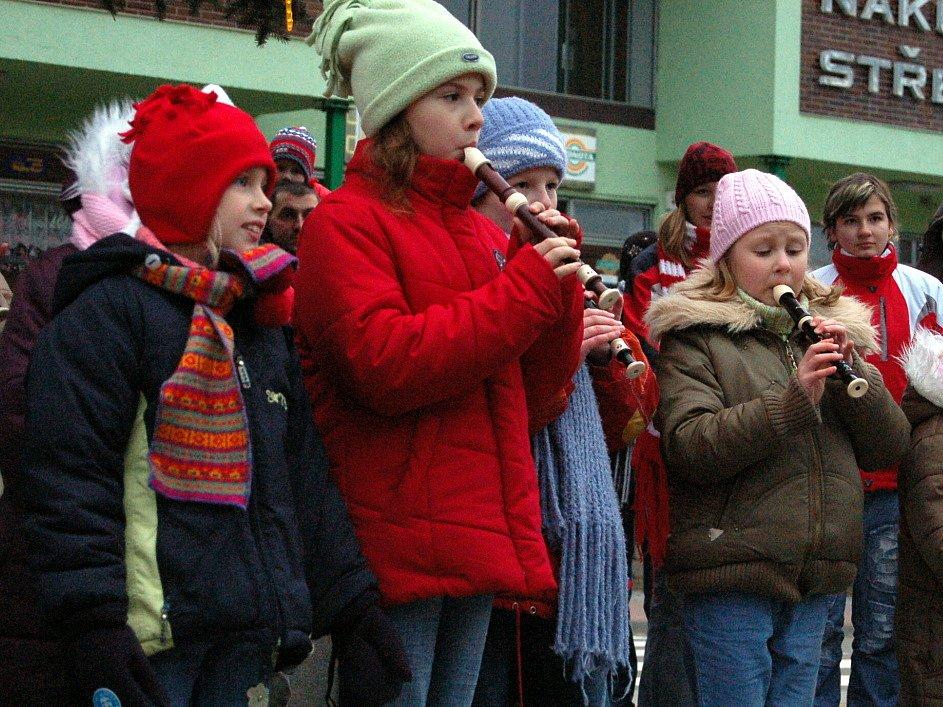 Zpívání u vánočního stromu v Polešovicích.