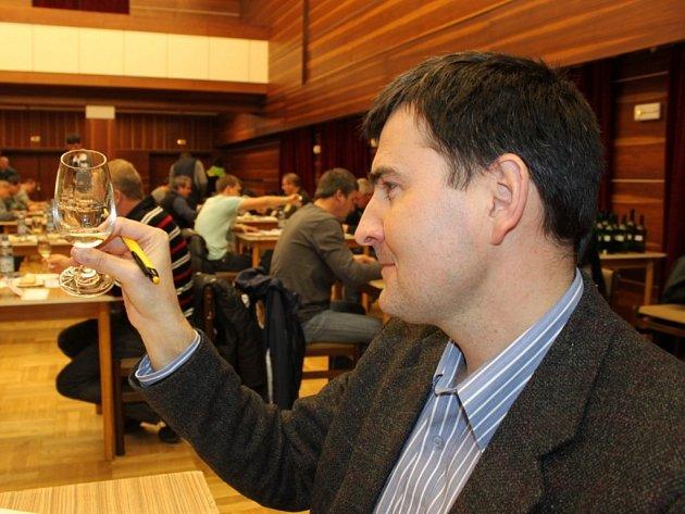 Degustátor Oldřich Vávra z Tupes si všímal nejenom barvy, chuti, ale i vůně vína.