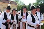 Na nádvoří zámku velebili návštěvníci festivalu zpěvem česnek.