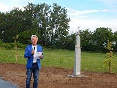 KŘÍŽ. Nová sakrální památka u Vážan je pamětí lidí, krajiny a orientačním bodem vní.