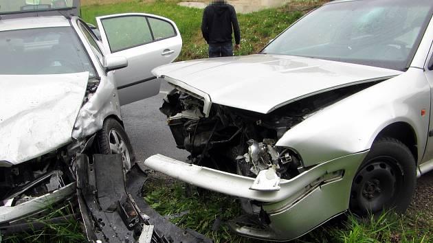 Na výjezdu z Částkova směrem na Pašovice se v nepřehledné zatáčce čelně střetla dvě vozidla. Nehoda si vyžádala jedno zranění.