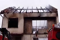 Ohořelé tělo ženy našli pod troskami zříceného stropu a stěny.