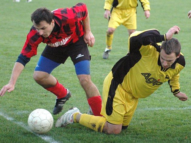 V sousedském derby mezi Buchlovicemi (v pruhovaném) a Břestkem nečekaně hladce kralovali domácí fotbalisté, kteří svého soupeře vyprovodili výpraskem 6:2.
