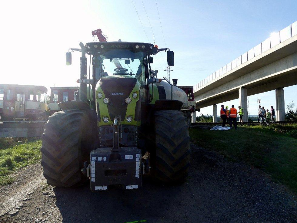 Kolize osobního vlaku s traktorem a cisternou na železničním přejezdu nedaleko Kunovic - 18. 9. 2020