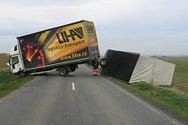 Po nehodě nákladního vozu Iveco byla totiž od šesti hodin ráno čtyři hodiny zcela zablokovaná silnice mezi Hlukem a Uherským Ostrohem.