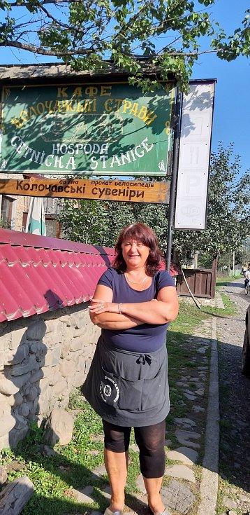 Turisté z Ostrožské Lhoty v Koločavě, v kraji Nikoly Šuhaje na Zakarpatské Ukrajině. Natalia Tumarec provádí turisty po muzeu Ivana Olbrachta, je učitelkou češtiny, miluje folklór a byla to ona, kdo začal v Koločavě podporovat české turisty.
