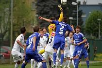 Fotbalisté Sigmy Olomouc B (v modrém) porazili v domácím zápase MSFL Slovácko B 1:0.