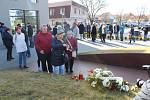 Desítky příchozích v Uherském Brodě věnovaly v pondělí 24. února po poledni tichou pietní vzpomínku na osm zastřelených lidí před pěti lety v tamní restauraci Družba, kdy tam sedm mužů a jedna žena zemřeli rukou šíleného vraha Zdeňka Kováře.