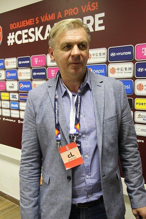 Člen Sokola Veselá Viktor Nemesh tlumočil novinářům při zápase České republiky s Ukrajinou.