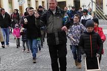 Na pět desítek dětí spolu s několika dospělými a správcem uherskohradišťské katolické farnosti páterem Janem Turkem v čele, se o Velkém pátku na poledne s klabači a řehtačkami v rukou, prohnalo centrem Uherského Hradiště.
