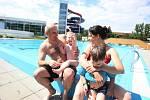 Venkovní bazén už je napuštěný a láká ke koupání.