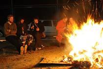 Rej čarodějnic a čarodějů okolo ohně už měli ve Véskách.