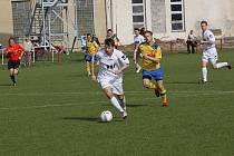 Fotbalisté Uherského Brodu (v bílém) prohráli překvapivě doma s Tasovicemi 0:1.