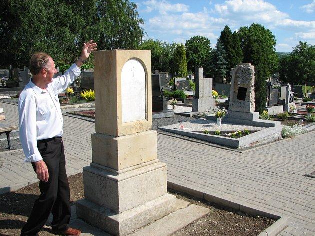 Tomáš Kopčil z Bílovic opraví kříž postavený k památce Františka Josefa I.