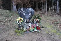 Pomník z roku 2013 na památku všech dívek je neustále obkloben svíčkami.