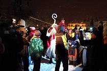 Mikulášský rej u rozsvíceného vánočního stromu na Masarykově náměstí v Uh. Hradišti.