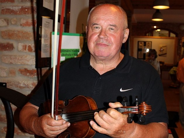 Sedmašedesátiletý Miloslav Hrdý, folklorista, zpěvák, muzikant a poeta.