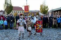 Na nádvoří před velehradskou baziliku a kostelík Cyrilka přijel vpátek sv. Martin na bílém koni vdoprovodu šermířů a Římanů.