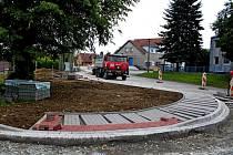 V minulých dnech dokončili v Nedakonicích výstavbu I. etapy obecních chodníků.
