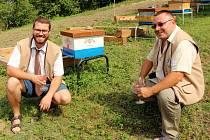 Slavnostní otevření včelařské vzdělávací základny Hájek, včelařů z Ostrožské Lhoty i Ostrožské Nové Vsi. Vlevo je předseda spolku Pavel Peprník a vedle jednatel Miloš Valenta.