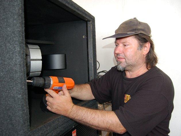 Na nedostatek práce si zvukař Roman Štěrba stěžovat nemůže, pokud nezvučí v terénu, věnuje se opravám aparatury.