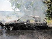 Jen ohořelé torzo zbylo pod Hrabinou z řidičovy Felicie.