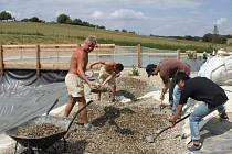 Mladí dobrovolníci (tři zprava) pomáhají při realizaci projektu Živá voda v Modré.