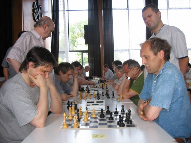 Jan Sosna ze Zlína (na snímku vlevo) letos v Dolním Němčí své loňské vítězství nezopakoval. Pokořil ho Petr Kičmer z  Havířova (na snímku vpravo v pozadí).