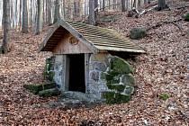 Studánku chrání střecha a kamení.