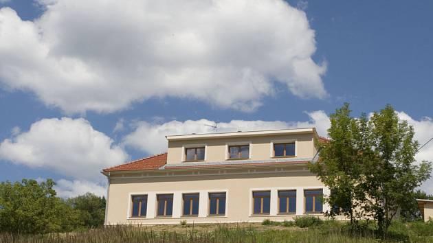 Zrekonstruovaná budova základní školy, která bude nyní sloužit jako středisko environmentálního vzdělávání.