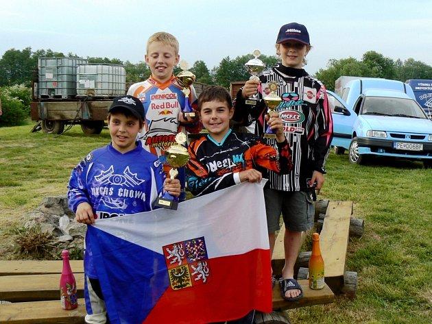 Mladí čeští motokrosaři – zleva nahoře Procházka a Kolaja, zleva dole Kobián a Müller – ovládli na mezinárodním mistrovství Slovenska kategorie do 50 a 65 ccm.
