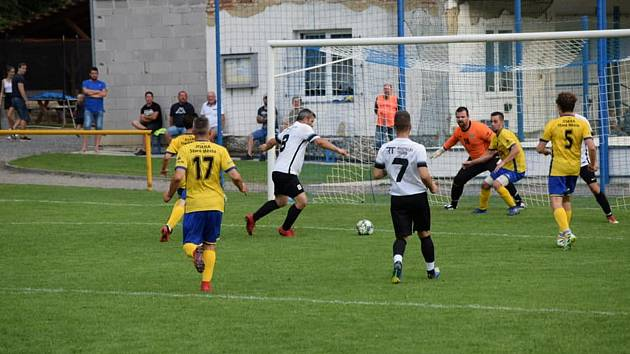 Fotbalisté Ořechova (v bílých dresech) ve šlágru 4. kola I. B třídy skupiny C porazili Staré Město 3:1.