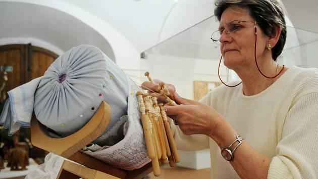Jarmila Heimerlová z Kopřivnice předvádí svoje umění - paličkovanou krajku.
