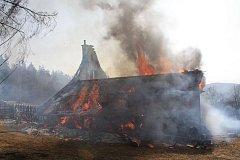 K rozsáhlému požáru domu na samotách v rekreační oblasti nad obcí Podkopná Lhota.