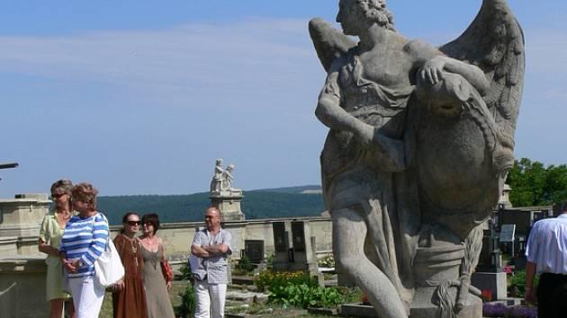 Návštěvníci stříleckého barokního hřbitova mohou už nyní obdivovat osm zrestaurovaných soch a dvě vázy.