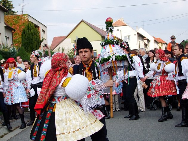 Do hodového průvodu v Topolné se zapojilo 14 párů, ale i 40 dětí.