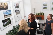 Na vernisáží šestice fotografů ze Slovácka mapujících tradici a krajinu regionu byly v komunitní kavárně Cafe 21 k vidění také snímky procesí či Děvčátka z Velkého Lopeníka, oblíbená fotka jejího autora Martina Štechera.