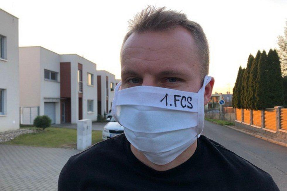 Zkušený obránce Slovácka Michal Kadlec chodí po Uherském Hradišti v ochranné roušce.