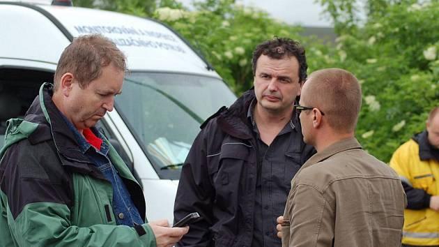 Vlastimil Pauřík (uprostřed) se už několik dnů snaží být v místech, kde je jeho pomoc potřeba. Spánek je nyní pro něj druhořadý