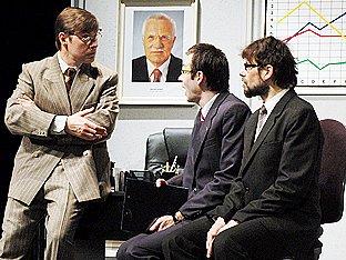 V roli bezpáteřního úředníka vystoupil Josef Kubáník (uprostřed).