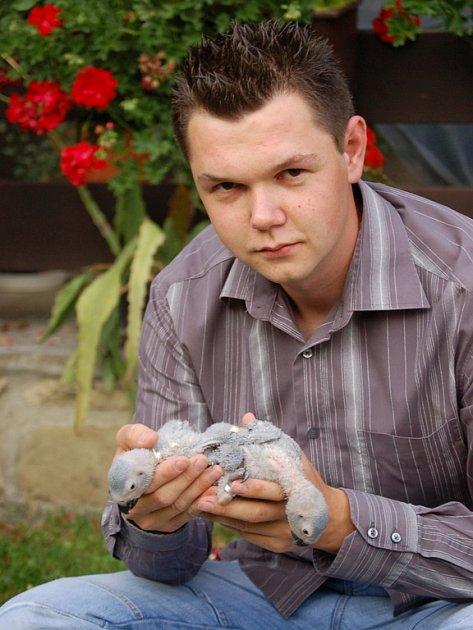 Michal Pikner se svými ptačími svěřenci.